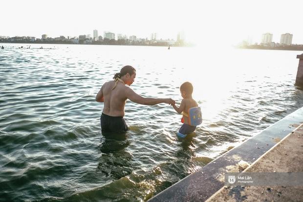 Cấm thì mặc cấm, người Hà Nội vẫn hớn hở vẫy vùng giữa bãi tắm hồ Tây để giải nhiệt - Ảnh 19.