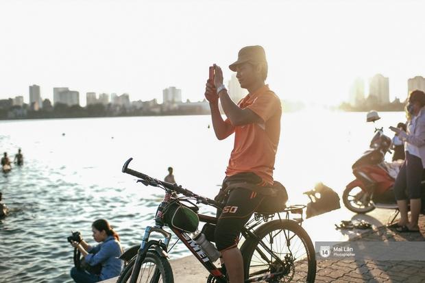 Cấm thì mặc cấm, người Hà Nội vẫn hớn hở vẫy vùng giữa bãi tắm hồ Tây để giải nhiệt - Ảnh 13.