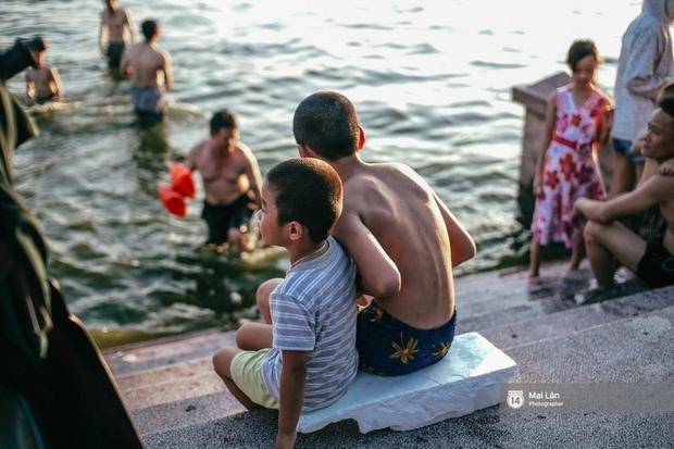 Cấm thì mặc cấm, người Hà Nội vẫn hớn hở vẫy vùng giữa bãi tắm hồ Tây để giải nhiệt - Ảnh 12.