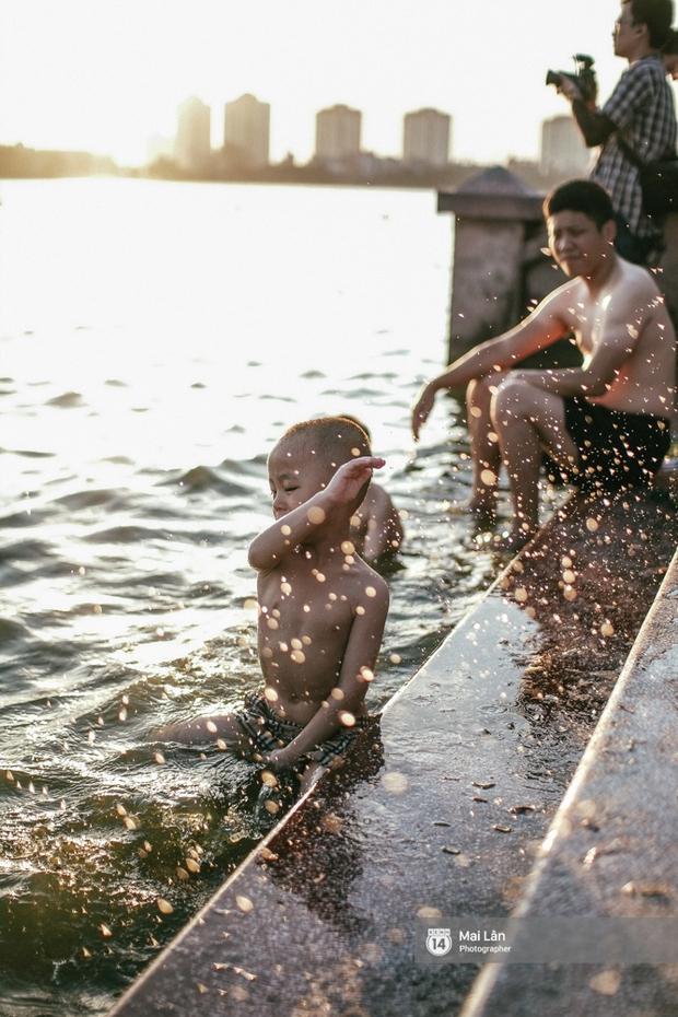 Cấm thì mặc cấm, người Hà Nội vẫn hớn hở vẫy vùng giữa bãi tắm hồ Tây để giải nhiệt - Ảnh 14.