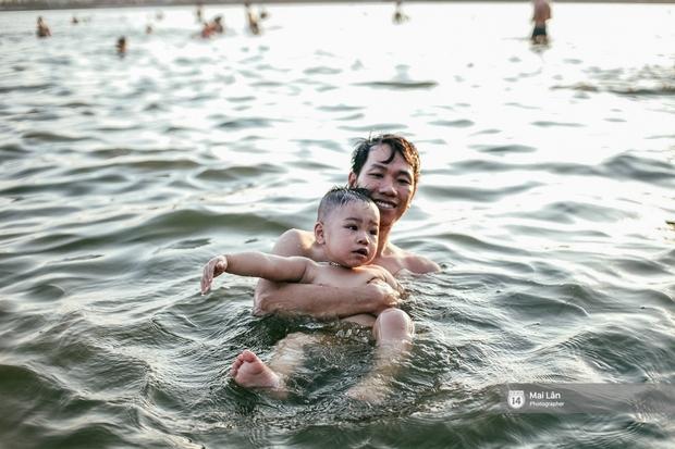 Cấm thì mặc cấm, người Hà Nội vẫn hớn hở vẫy vùng giữa bãi tắm hồ Tây để giải nhiệt - Ảnh 11.