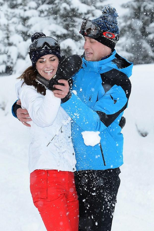 Hoàng tử nhí và em gái hạnh phúc bên cha mẹ trong chuyến du lịch thăm dãy Alps - Ảnh 3.