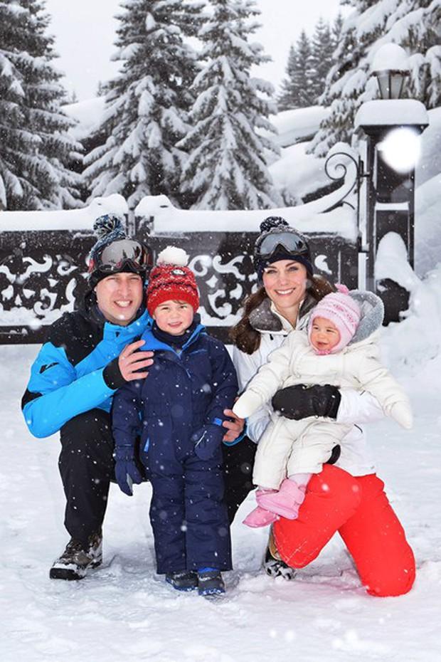 Hoàng tử nhí và em gái hạnh phúc bên cha mẹ trong chuyến du lịch thăm dãy Alps - Ảnh 1.