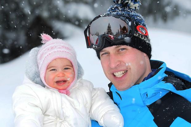 Hoàng tử nhí và em gái hạnh phúc bên cha mẹ trong chuyến du lịch thăm dãy Alps - Ảnh 6.