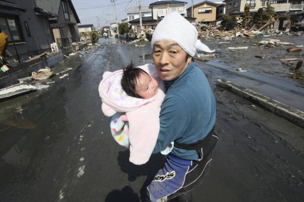 Câu chuyện của cô bé diệu kỳ trong bức hình kinh điển về thảm họa động đất sóng thần Nhật Bản - Ảnh 3.