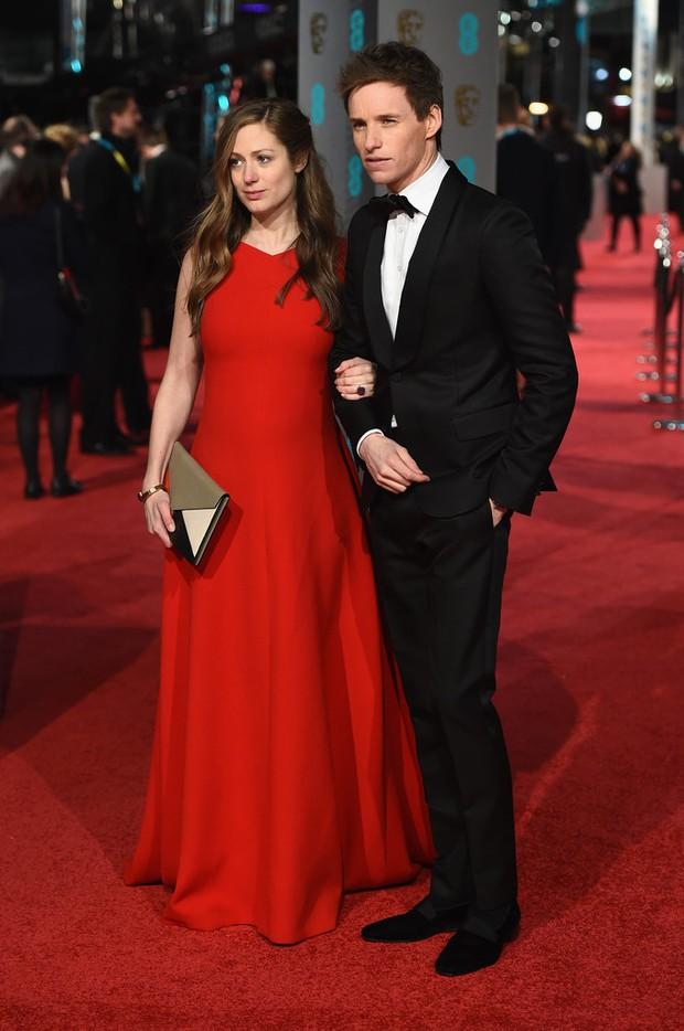 Loạt mỹ nhân Hollywood diện váy trễ nải khoe vòng 1 trên thảm đỏ Oscar Anh Quốc - Ảnh 13.