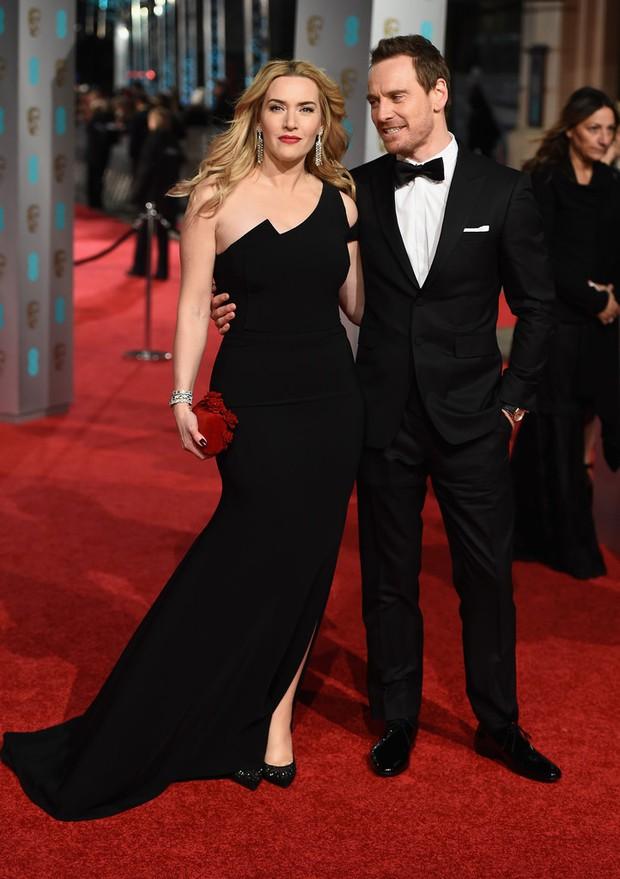 Loạt mỹ nhân Hollywood diện váy trễ nải khoe vòng 1 trên thảm đỏ Oscar Anh Quốc - Ảnh 11.