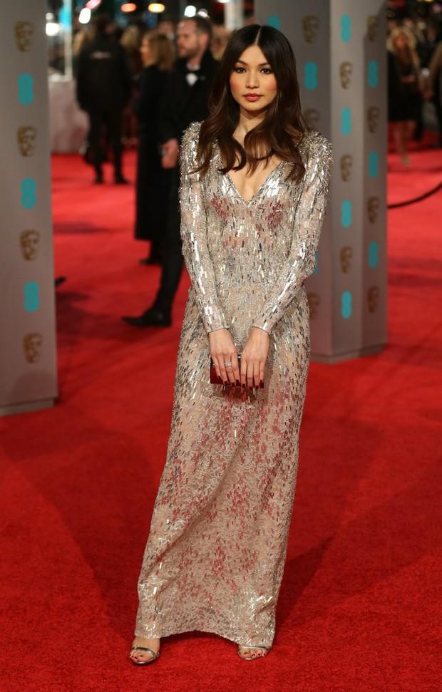 Loạt mỹ nhân Hollywood diện váy trễ nải khoe vòng 1 trên thảm đỏ Oscar Anh Quốc - Ảnh 7.