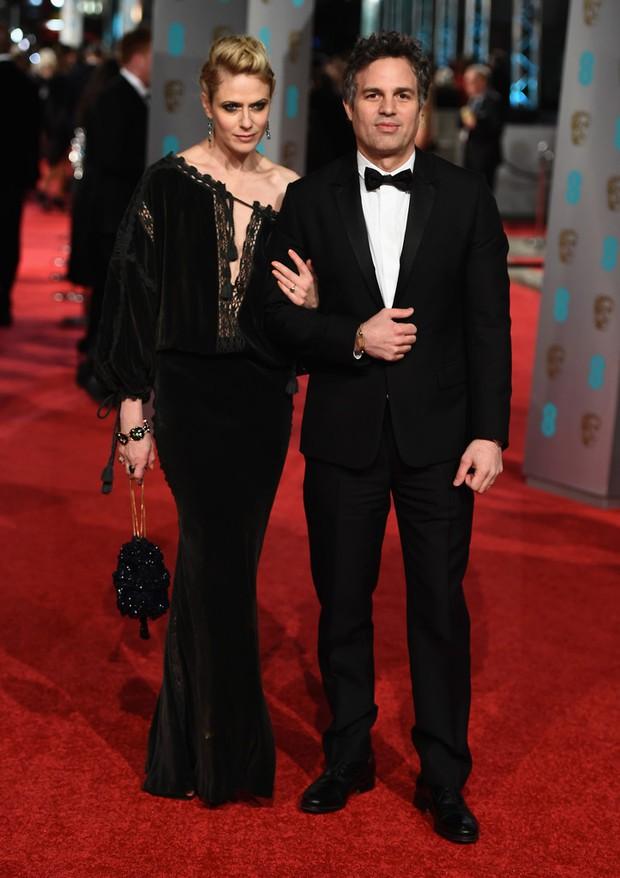 Loạt mỹ nhân Hollywood diện váy trễ nải khoe vòng 1 trên thảm đỏ Oscar Anh Quốc - Ảnh 14.