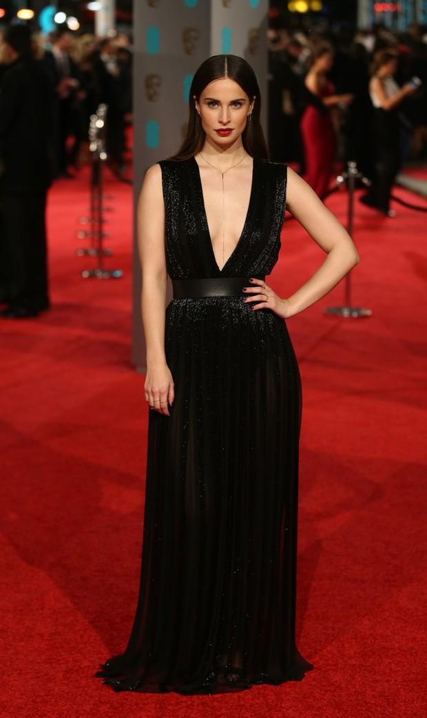Loạt mỹ nhân Hollywood diện váy trễ nải khoe vòng 1 trên thảm đỏ Oscar Anh Quốc - Ảnh 6.
