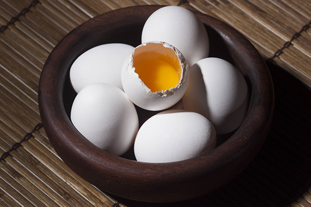 Nhìn lòng đỏ trứng, bạn có biết quả trứng nào được sinh bởi con gà khỏe mạnh? - Ảnh 1.