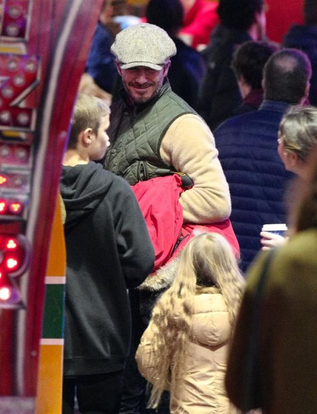 Công chúa Harper Beckham hí hửng đi chơi đón Giáng sinh cùng gia đình - Ảnh 1.