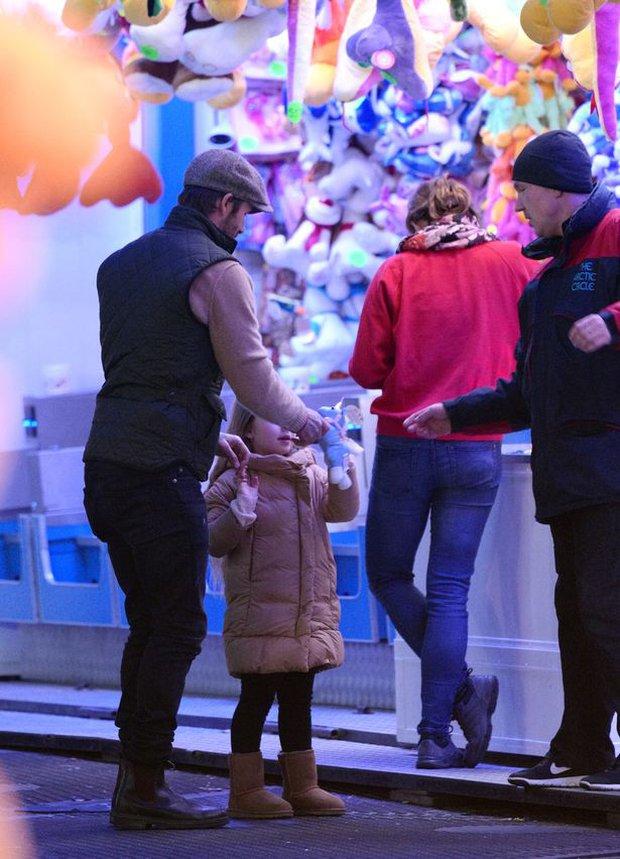 Công chúa Harper Beckham hí hửng đi chơi đón Giáng sinh cùng gia đình - Ảnh 2.
