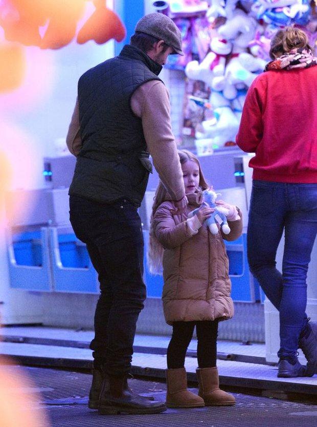 Công chúa Harper Beckham hí hửng đi chơi đón Giáng sinh cùng gia đình - Ảnh 3.