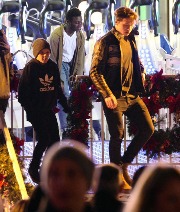 Công chúa Harper Beckham hí hửng đi chơi đón Giáng sinh cùng gia đình - Ảnh 12.