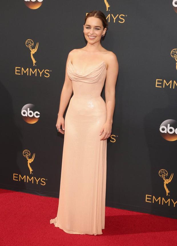 Thảm đỏ Emmy 2016 sáng bừng với màn đọ sắc lộng lẫy của dàn mỹ nhân thế giới - Ảnh 3.