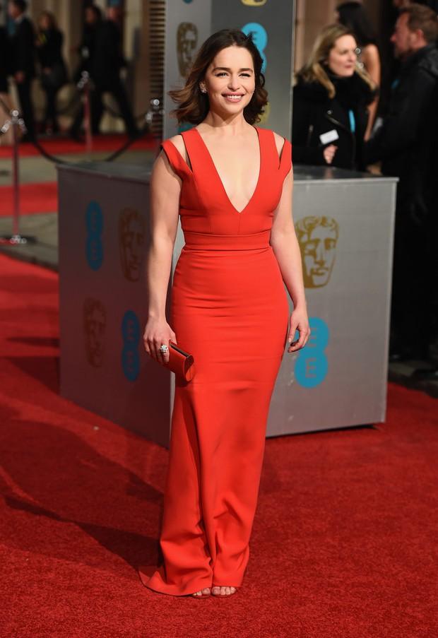 Loạt mỹ nhân Hollywood diện váy trễ nải khoe vòng 1 trên thảm đỏ Oscar Anh Quốc - Ảnh 2.
