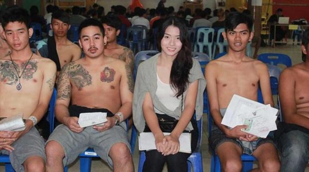Những bóng hồng chuyển giới trong ngày xét tuyển nghĩa vụ quân sự tại Thái Lan - Ảnh 18.
