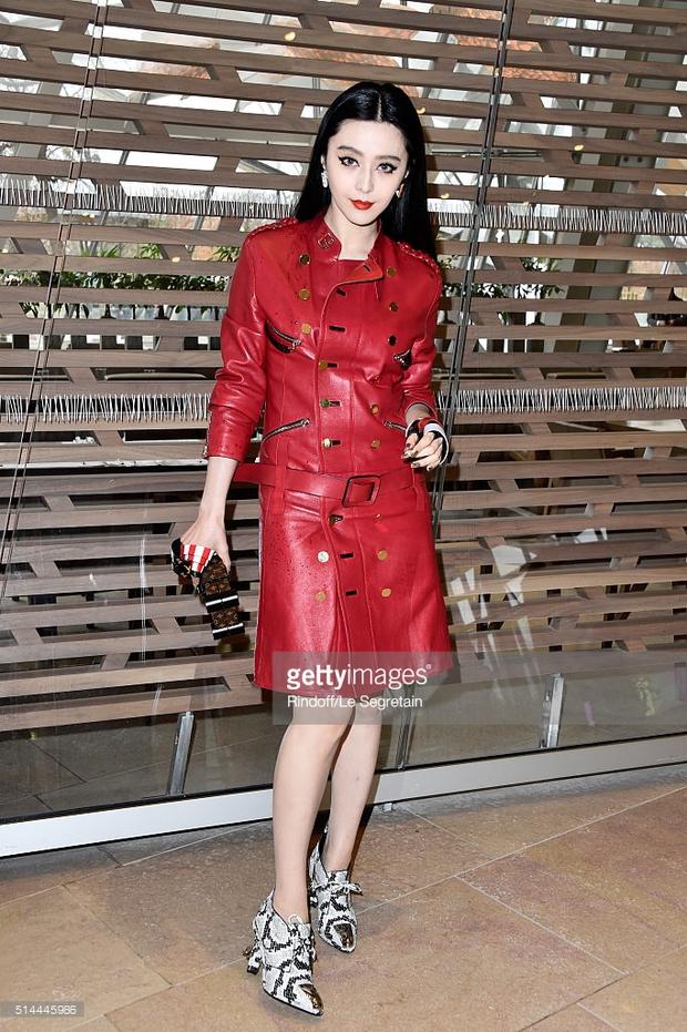 Phạm Băng Băng mặc đồ đỏ chót, kẻ mắt sắc lẹm dự show Louis Vuitton - Ảnh 2.
