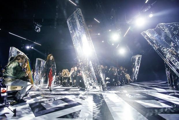 Phạm Băng Băng mặc đồ đỏ chót, kẻ mắt sắc lẹm dự show Louis Vuitton - Ảnh 13.