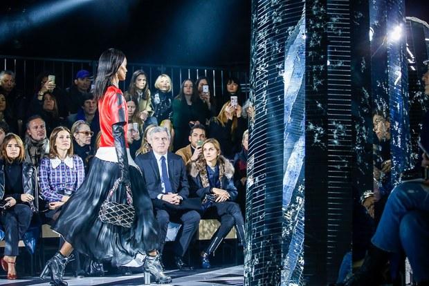 Phạm Băng Băng mặc đồ đỏ chót, kẻ mắt sắc lẹm dự show Louis Vuitton - Ảnh 14.