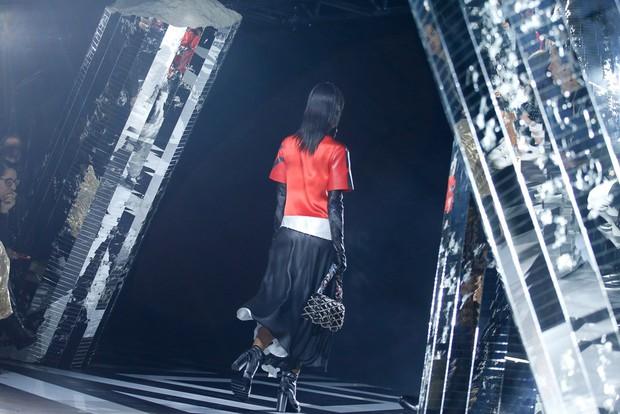 Phạm Băng Băng mặc đồ đỏ chót, kẻ mắt sắc lẹm dự show Louis Vuitton - Ảnh 15.
