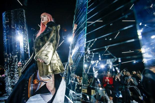 Phạm Băng Băng mặc đồ đỏ chót, kẻ mắt sắc lẹm dự show Louis Vuitton - Ảnh 16.