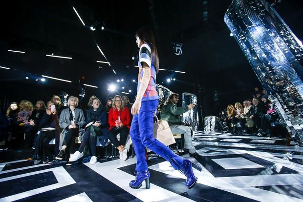 Phạm Băng Băng mặc đồ đỏ chót, kẻ mắt sắc lẹm dự show Louis Vuitton - Ảnh 17.