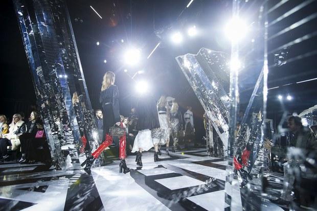 Phạm Băng Băng mặc đồ đỏ chót, kẻ mắt sắc lẹm dự show Louis Vuitton - Ảnh 20.