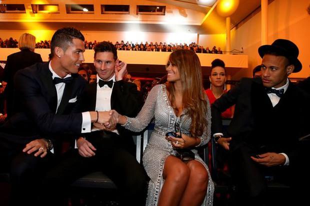 MC xinh đẹp của gala Ballon dOr kể chuyện Ronaldo tận tâm giúp đỡ Neymar - Ảnh 4.