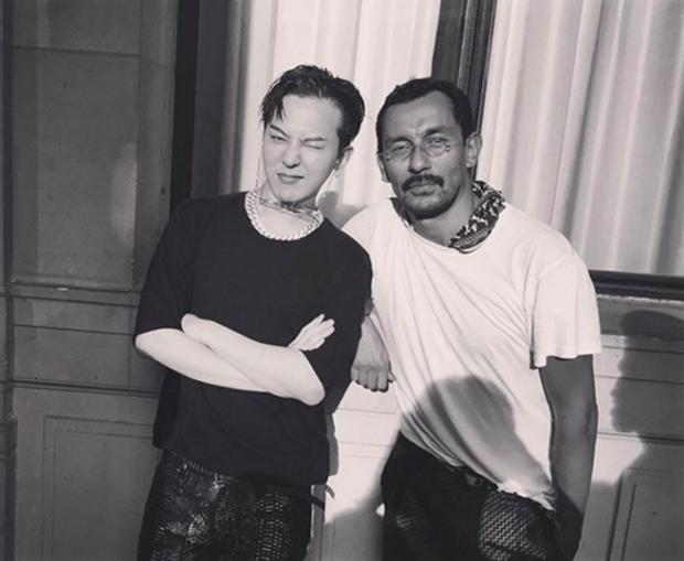 G-Dragon phì phèo khói thuốc, rời show Haider Ackermann tại Paris - Ảnh 6.
