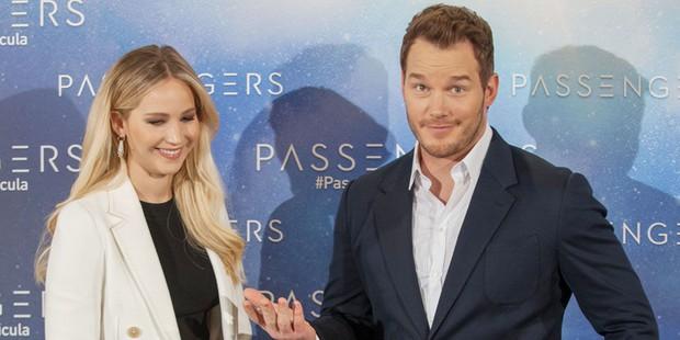 Tình tứ trong Passengers, nhưng Chris Pratt - Jennifer Lawrence ngoài đời lại troll nhau thật bá đạo! - Ảnh 1.
