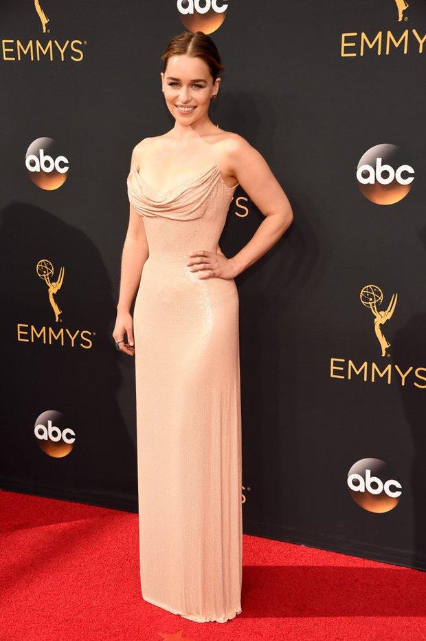 Thảm đỏ Emmy 2016 sáng bừng với màn đọ sắc lộng lẫy của dàn mỹ nhân thế giới - Ảnh 2.