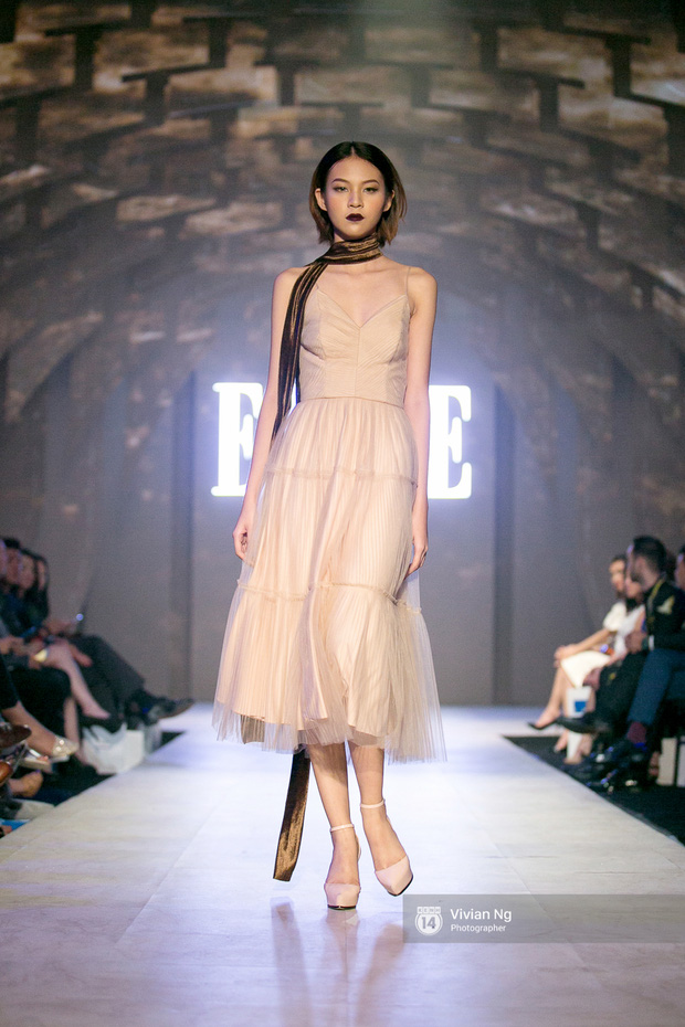 Phải nhập viện vào phút chót, Mai Ngô vẫn không bỏ lỡ cơ hội đọ trình catwalk với Phí Phương Anh trong Elle Fashion Show - Ảnh 2.