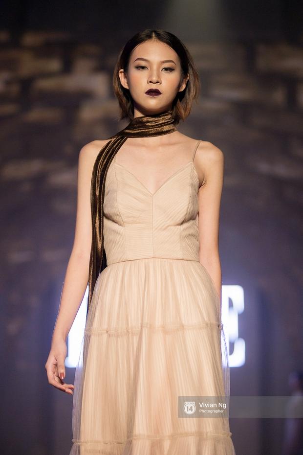 Phải nhập viện vào phút chót, Mai Ngô vẫn không bỏ lỡ cơ hội đọ trình catwalk với Phí Phương Anh trong Elle Fashion Show - Ảnh 3.