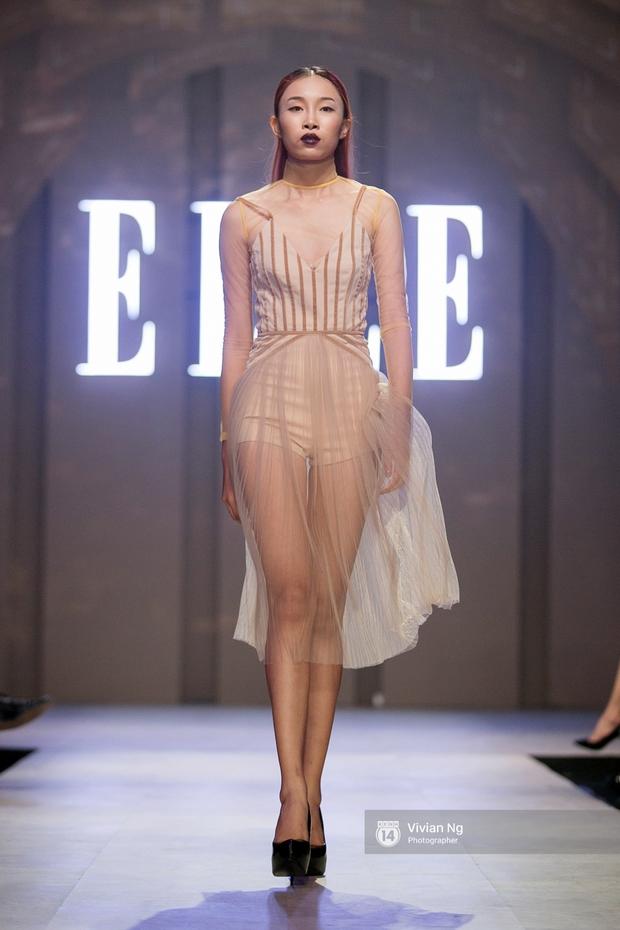 Phải nhập viện vào phút chót, Mai Ngô vẫn không bỏ lỡ cơ hội đọ trình catwalk với Phí Phương Anh trong Elle Fashion Show - Ảnh 10.