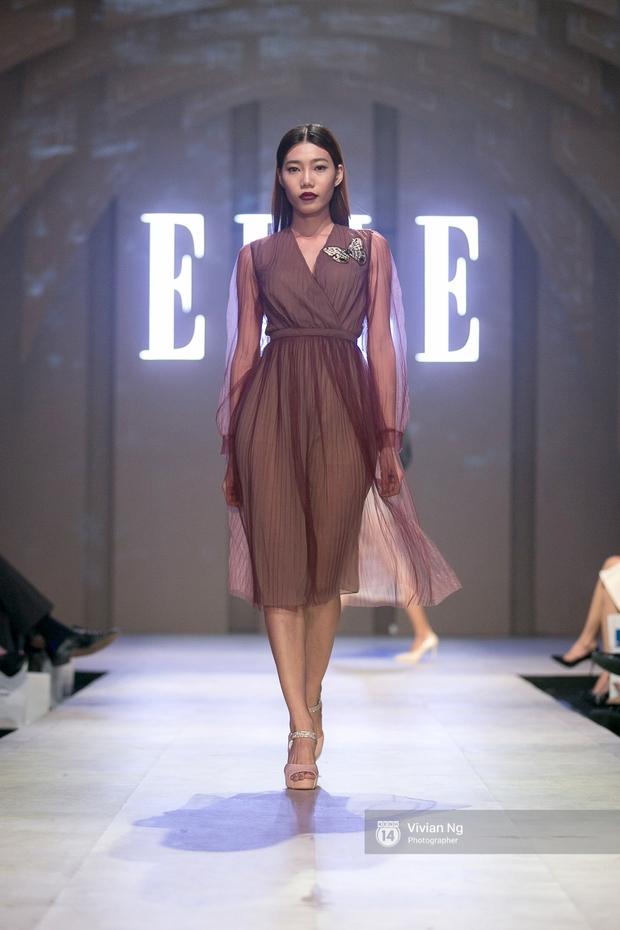 Phải nhập viện vào phút chót, Mai Ngô vẫn không bỏ lỡ cơ hội đọ trình catwalk với Phí Phương Anh trong Elle Fashion Show - Ảnh 12.
