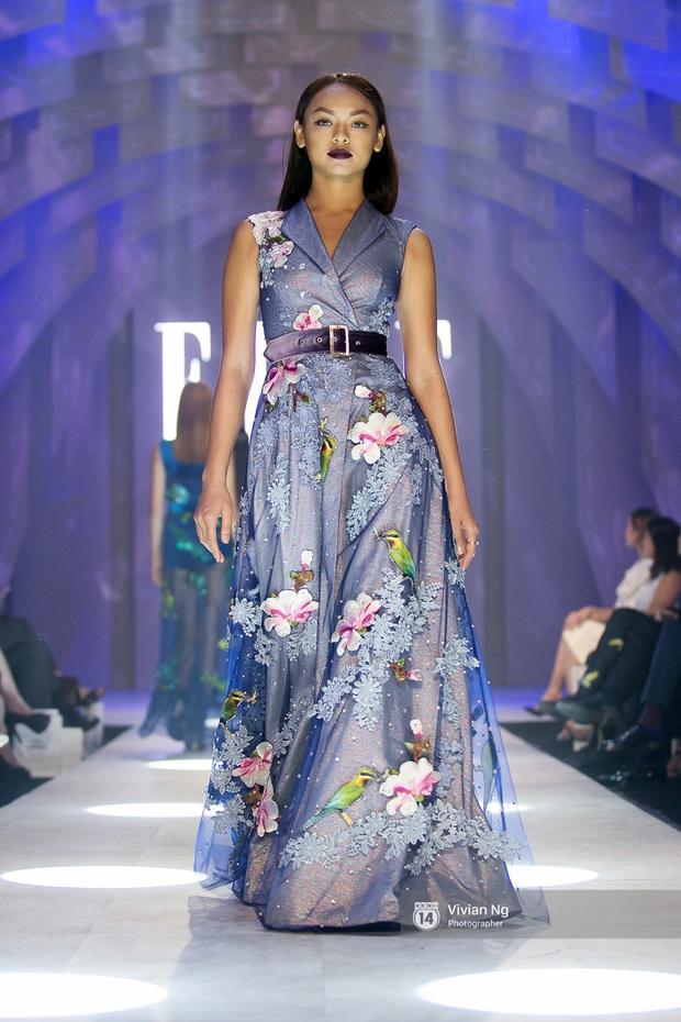 Phải nhập viện vào phút chót, Mai Ngô vẫn không bỏ lỡ cơ hội đọ trình catwalk với Phí Phương Anh trong Elle Fashion Show - Ảnh 7.