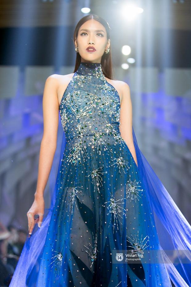 Phải nhập viện vào phút chót, Mai Ngô vẫn không bỏ lỡ cơ hội đọ trình catwalk với Phí Phương Anh trong Elle Fashion Show - Ảnh 8.