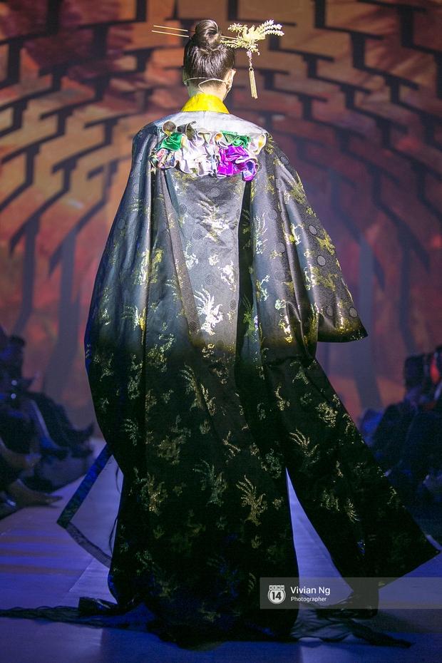 Phải nhập viện vào phút chót, Mai Ngô vẫn không bỏ lỡ cơ hội đọ trình catwalk với Phí Phương Anh trong Elle Fashion Show - Ảnh 27.