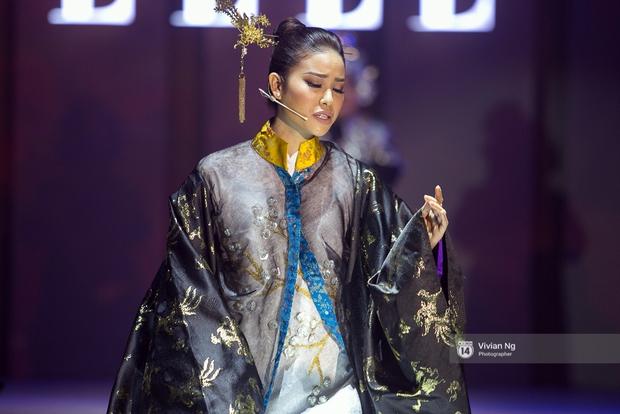 Phải nhập viện vào phút chót, Mai Ngô vẫn không bỏ lỡ cơ hội đọ trình catwalk với Phí Phương Anh trong Elle Fashion Show - Ảnh 24.