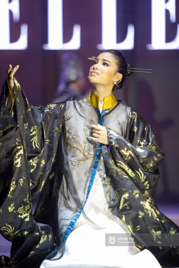 Phải nhập viện vào phút chót, Mai Ngô vẫn không bỏ lỡ cơ hội đọ trình catwalk với Phí Phương Anh trong Elle Fashion Show - Ảnh 23.