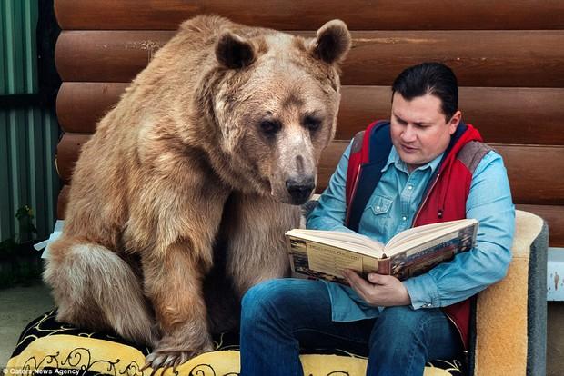 Thanh niên gấu 23 tuổi sống chung và làm việc nhà giúp đôi vợ chồng già - Ảnh 3.