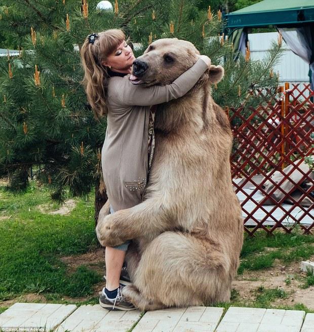 Thanh niên gấu 23 tuổi sống chung và làm việc nhà giúp đôi vợ chồng già - Ảnh 4.