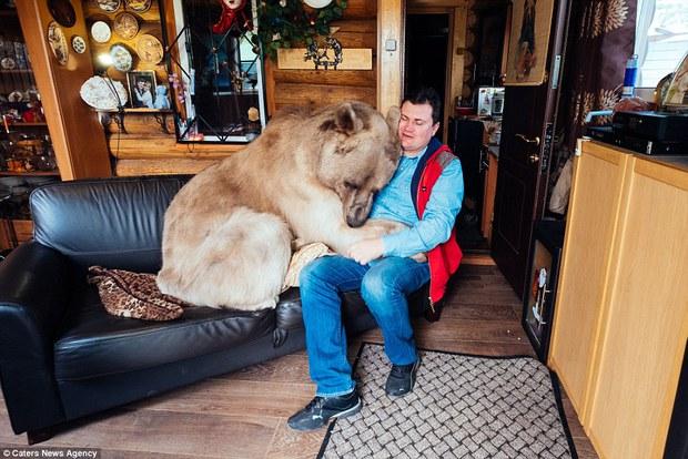 Thanh niên gấu 23 tuổi sống chung và làm việc nhà giúp đôi vợ chồng già - Ảnh 7.