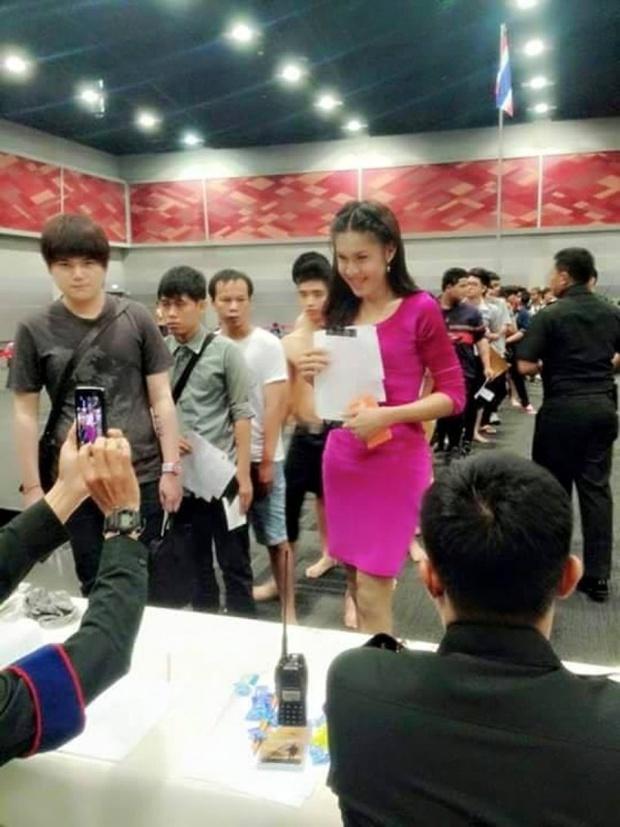 Những bóng hồng chuyển giới trong ngày xét tuyển nghĩa vụ quân sự tại Thái Lan - Ảnh 19.