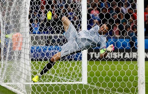 Ăn mừng phấn khích, Người nhện Buffon ngã dập mông - Ảnh 4.