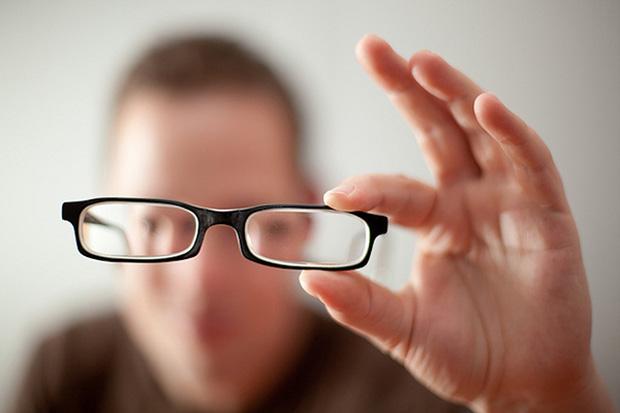 Người trẻ ngày nay mắc thói quen khiến cho cả một thế hệ phải đeo kính dày cộp - Ảnh 3.