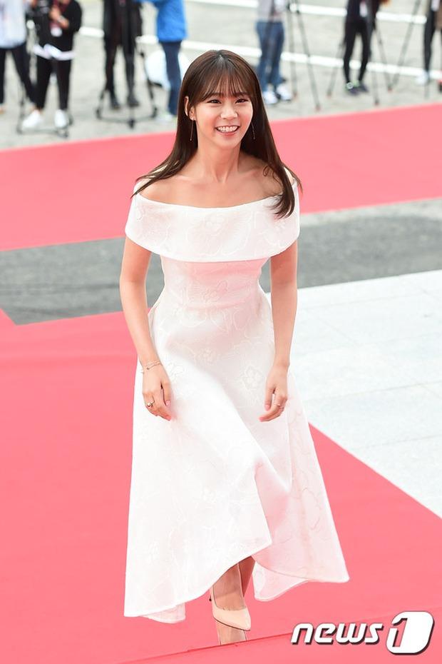 Thảm đỏ Oscar Hàn Quốc: Mỹ nhân đua nhau khoe vòng một, tân Hoa hậu - Á hậu bị chê kém sắc - Ảnh 16.