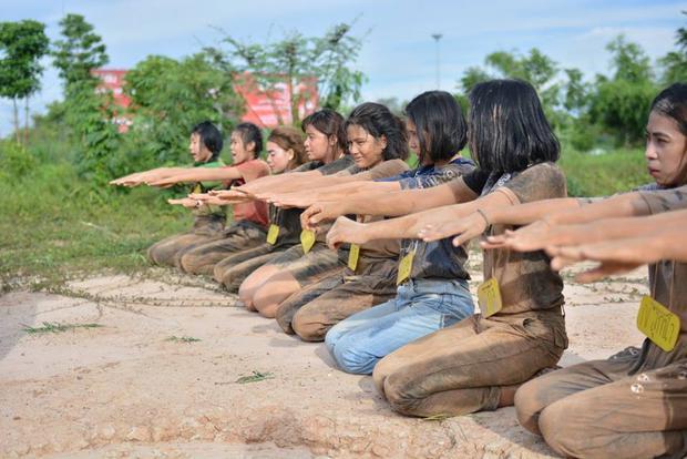 Sinh viên Thái Lan ám ảnh với những trò chơi nhập môn bạo lực, tàn nhẫn - Ảnh 4.